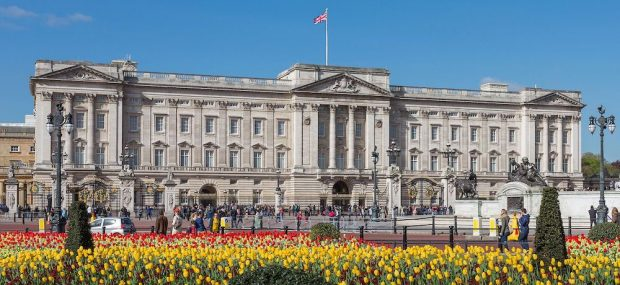 Buckingham Palace: The front façade, the East Front originally constructed by Edward Blore and completed in 1850. Photo Credit: © David Iliff via Wikimedia Commons.