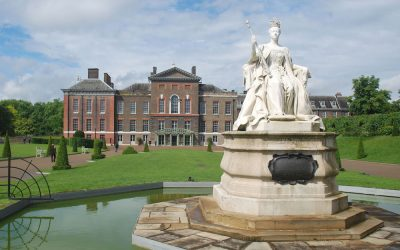 Kensington Palace with Victoria Statue. Photo Credit: © Shisha-Tom via Wikimedia Commons.