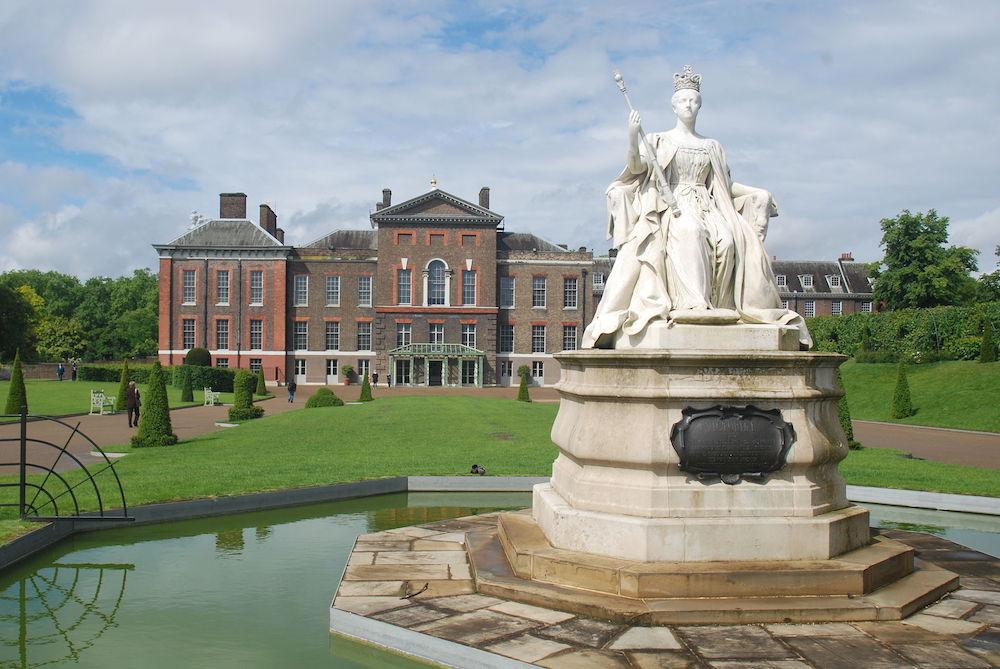 Kensington Palace with Victoria Statue. Photo Credit: © Shisha-Tom via Wikimedia Commons.