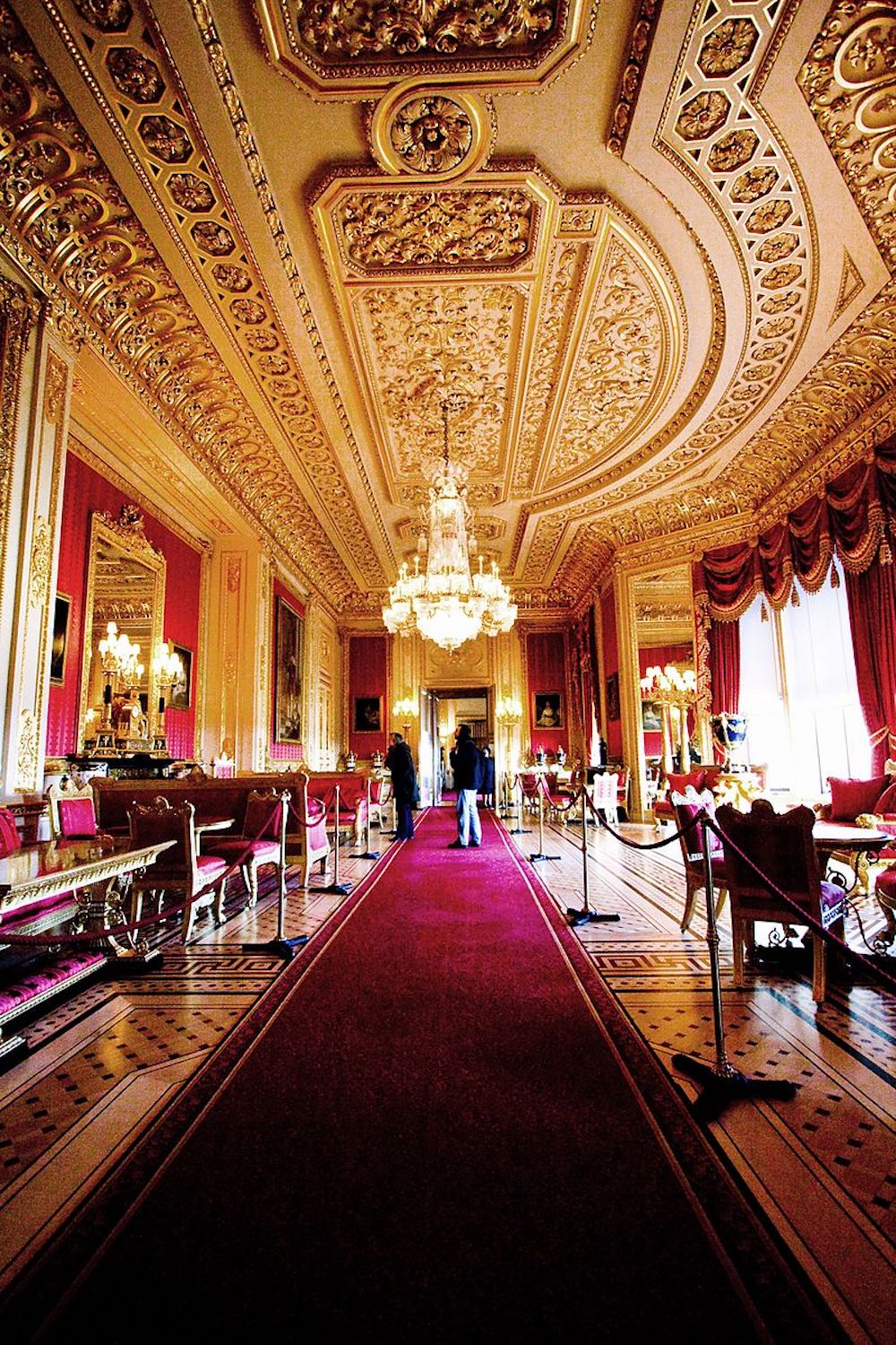 Windsor Castle: The Crimson Drawing Room in 2007 following the 1992 fire and subsequent remodelling. Photo Credit: © Wikimedia Commons.