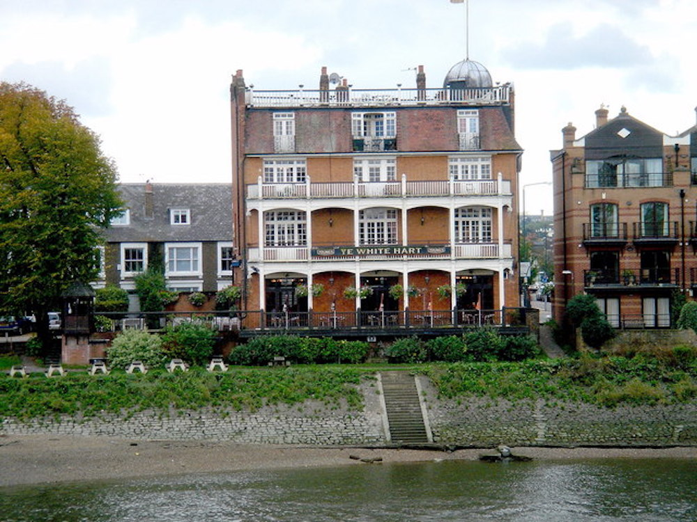 Pubs By The River Thames: The White Hart in Barnes. Photo Credit: © Dukes Meadow via Wikimedia Commons.