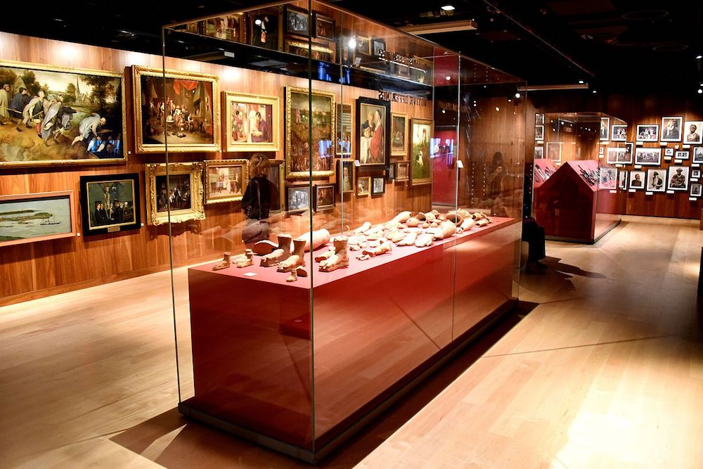 One of the halls in the Wellcome Collection museum in London. Photo Credit: ©Osama Shukir Muhammed Amin via Wikimedia Commons.