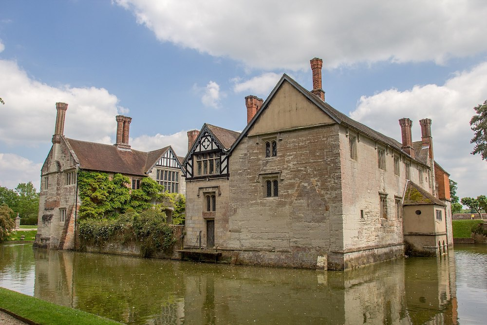 Baddesley Clinton - a moated manor house in Warwickshire, England. Photo Credit: © Mike Peel via Wikimedia Commons.